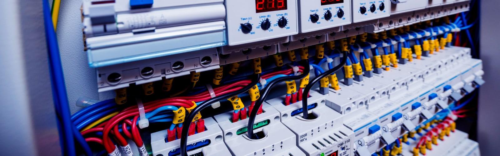 Hintergrundmotiv Schaltschrank mit Leistungsschaltern